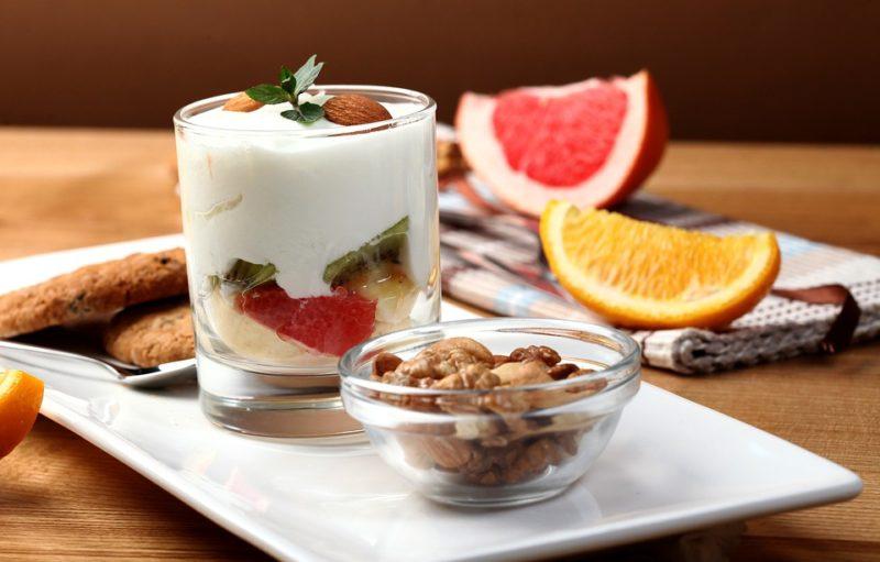 ovesné vločky s ovocem a jogurtem