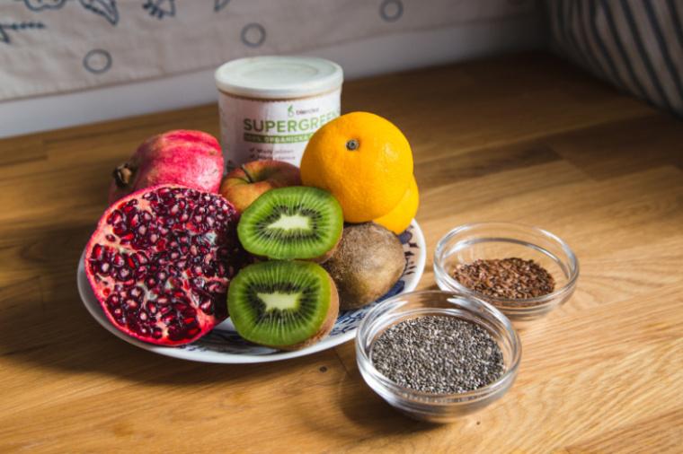 smoothie z granátového jablka a kiwi