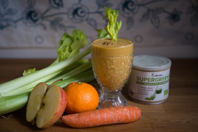 celerové smoothie s mrkví, jablkem, mandarinkou a blendeou