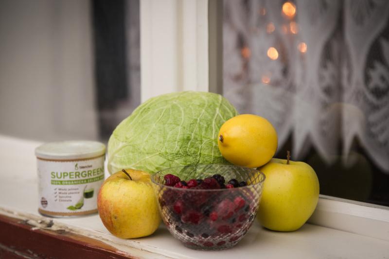 smoothie s kapustou, skořicí a lesním ovocem