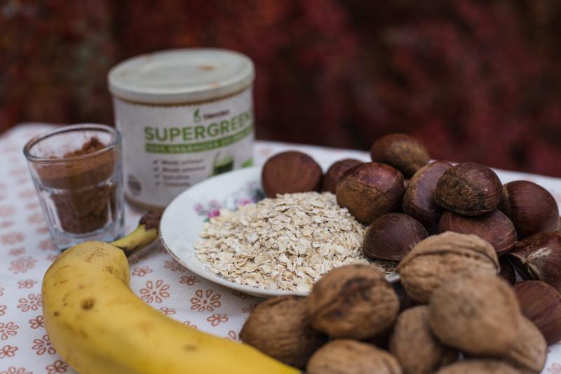 smoothie bowl s kaštany a ořechy