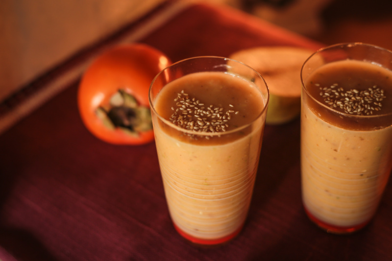 smoothie z kaki, sezamu a skořice