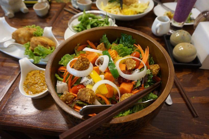 dietní salát s tempehem a zeleninou