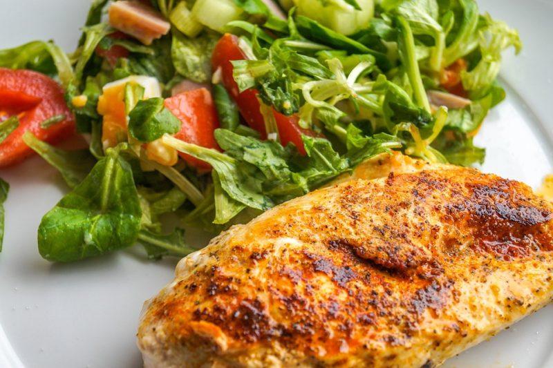 grilované prsíčko se salátem