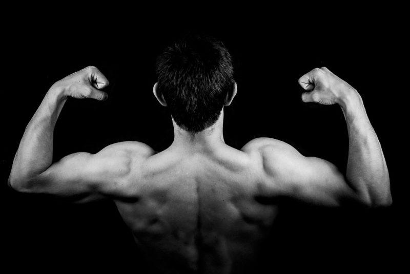 vysportovaný muž se svalovou hmotou