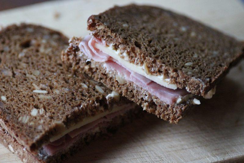 celozrnný chléb se šunkou a sýrem