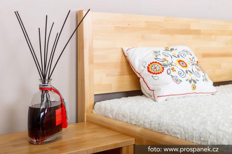 kvalitní dřevěná postel