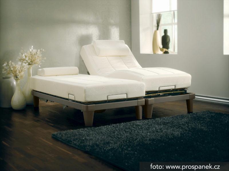postel s polohovatelnými rošty