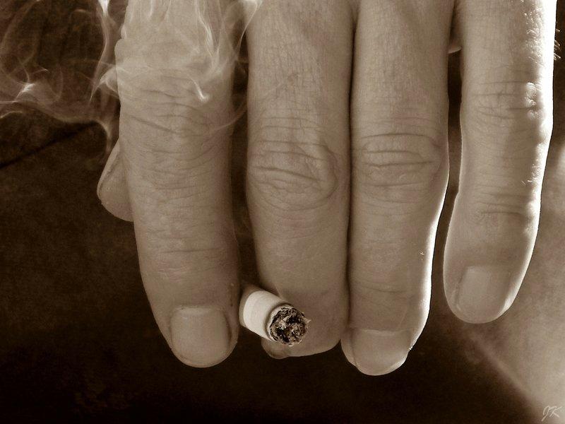 žluté nehty kuřáků