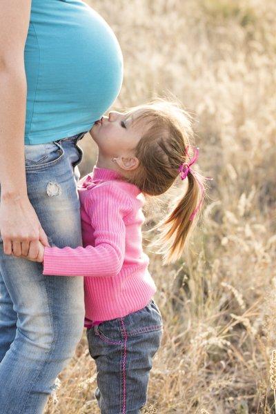 alergická těhotná žena s dcerou