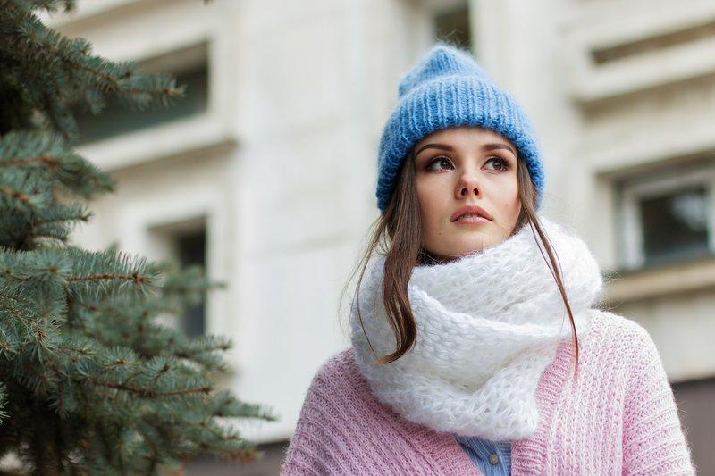 žena se šálou a čepicí proti alergii na chlad