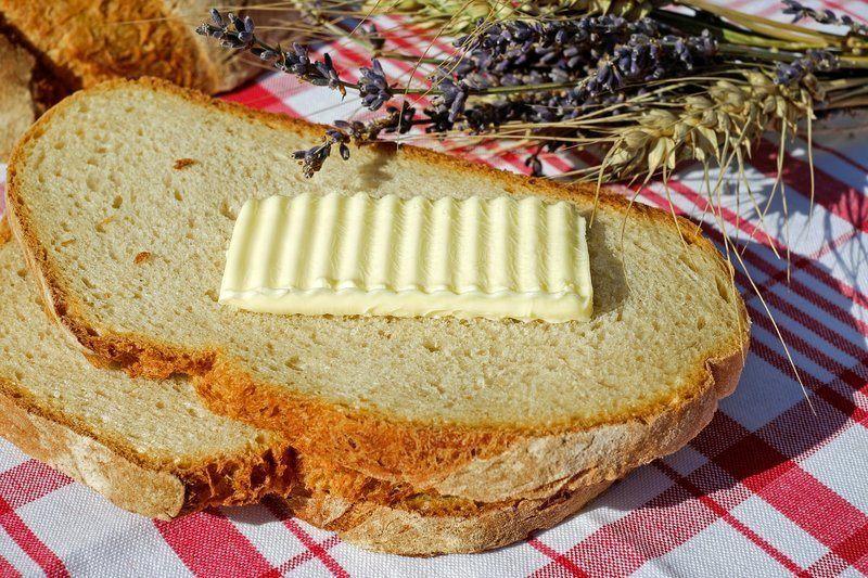 chleba s máslem