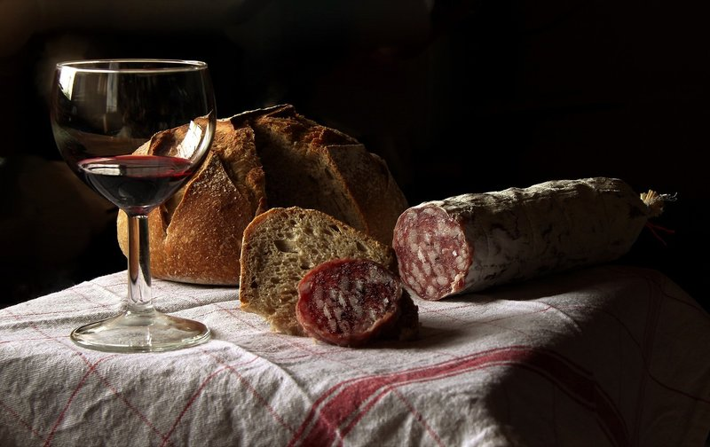 lovecký salám, víno, chléb
