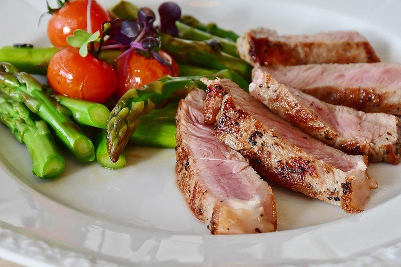 kvalitní maso s chřestem