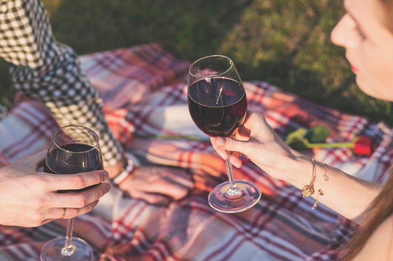 muž a žena pijí červené víno