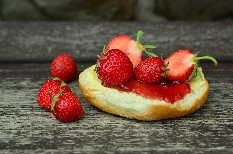 jahody a marmeláda s máslem na housce