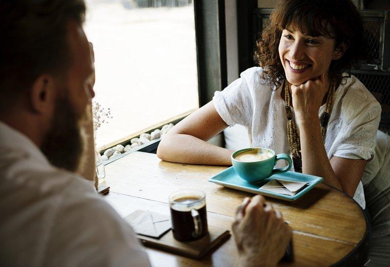 muž a žena pijí kávu