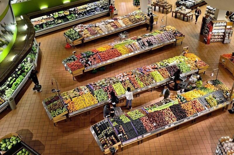 zelenina a ovoce v supermarketu