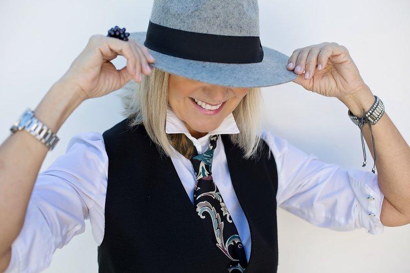 žena v klobouku