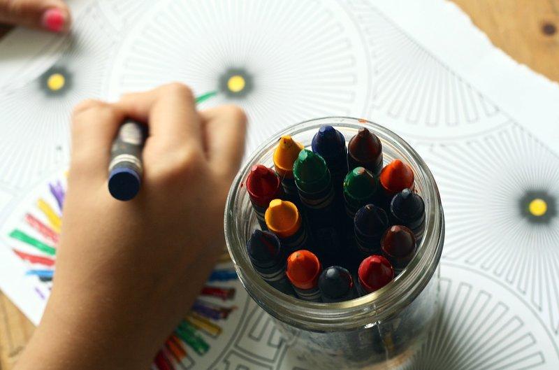 dítě kreslí voskovkami