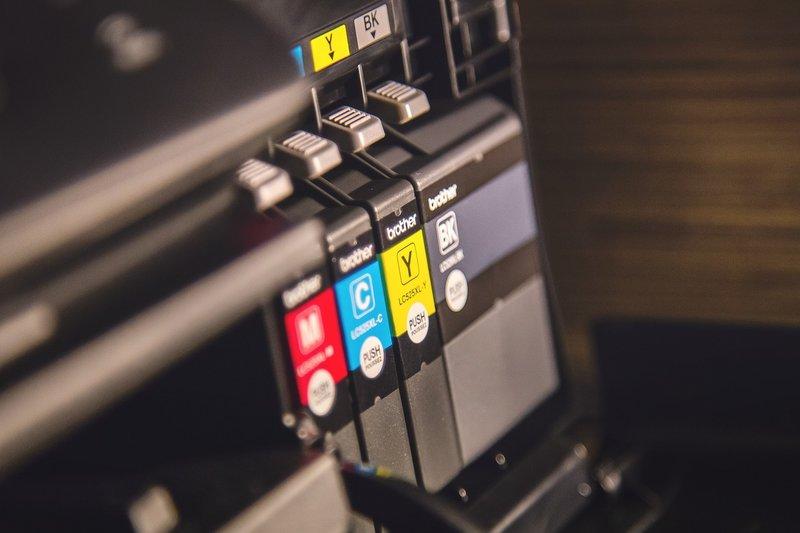 inkoustové a tonerové kazety v tiskárně