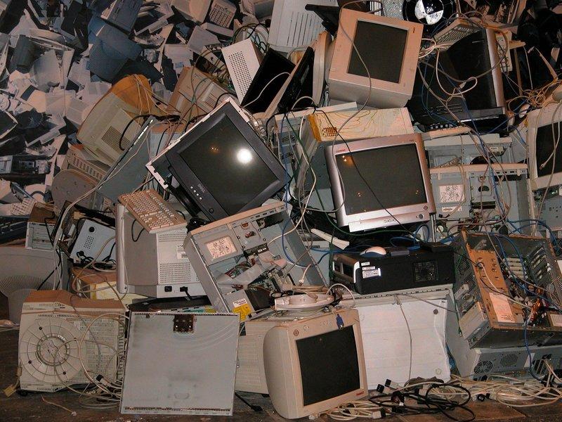 staré monitory klávesnice a počítače