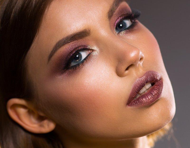 žena s výrazným make-upem