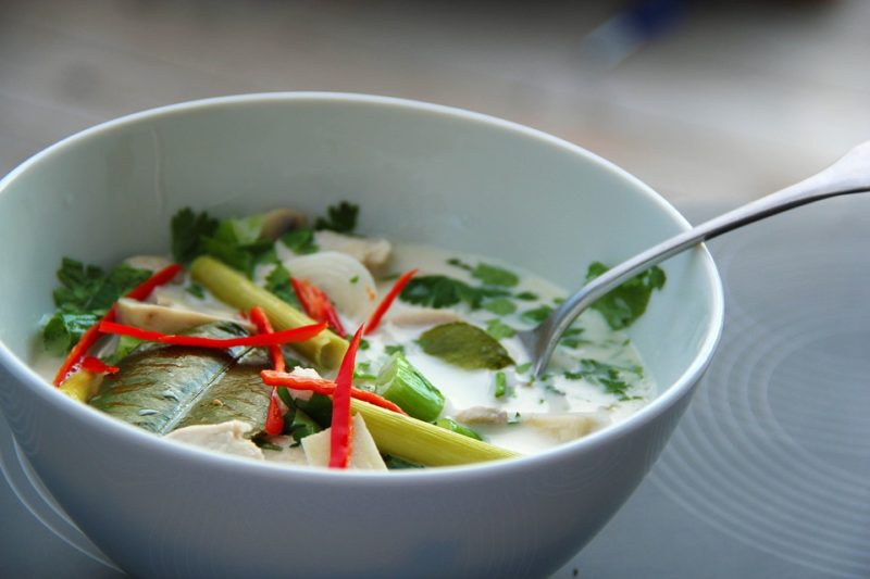 thajská kuřecí polévka s kokosovým mlékem