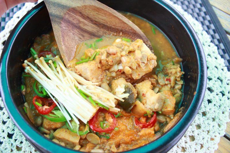 asijské tofu kari během veganské ketodiety