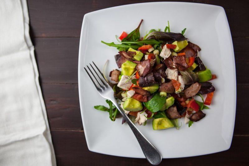 kuřecí salát s avokádem pro navození ketózy - recept