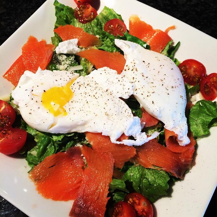 ketogenní salát s vejcem a uzeným lososem
