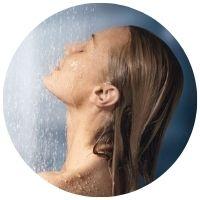 horká voda škodí vlasům